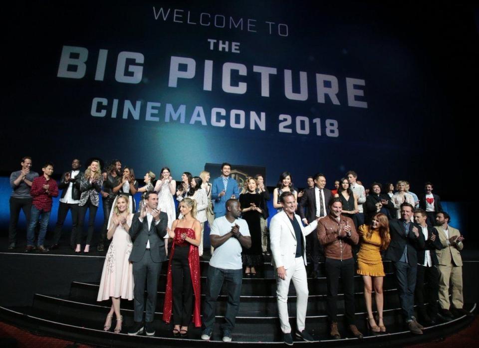 A atriz Amber Heard, no alto da imagem, no evento de divulgação de grandes produções dos estúdios Warner no qual Johnny Depp não esteve presente (Foto: Twitter)