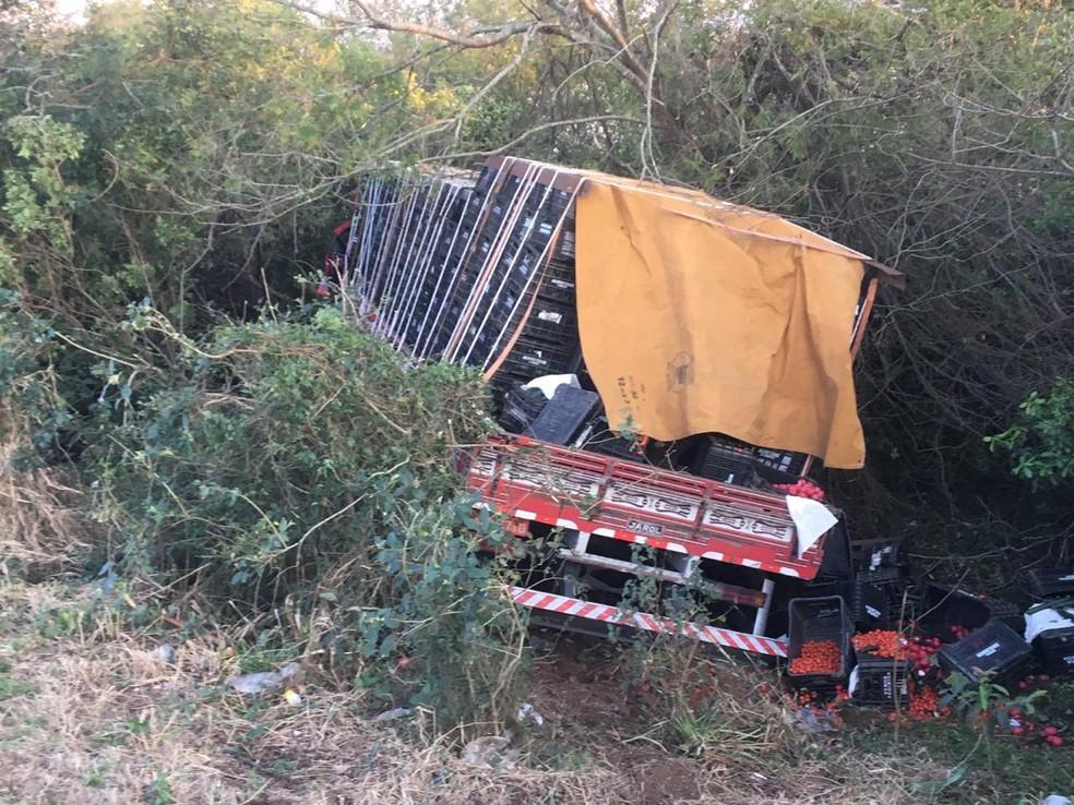 Motorista de caminhão que transportava hortifruti morreu no local. — Foto: Josmar Leite/RBS TV