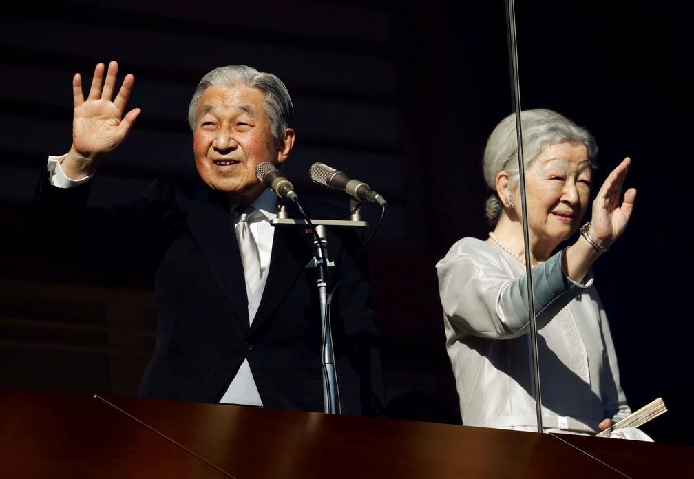 O imperador Akihito e a imperadora Michiko acenam para simpatizantes durante uma aparição pública para as celebrações de Ano Novo no Palácio Imperial em Tóquio, em janeiro deste ano. — Foto: Issei Kato/Reuters