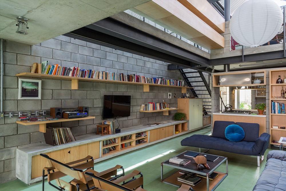 Décor do dia: sala de estar com pé-direito alto e blocos de alvenaria (Foto: Pedro Napolitano Prata)