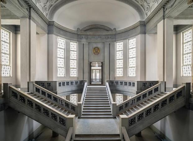 Escadaria em tribunal abandonado na Alemanha (Foto: Michael Schaw/ Reprodução)