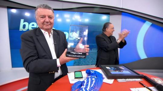 """Na despedida de Arnaldo, Galvão entrega camisa 10 e agradece: """"Fizemos história juntos"""""""