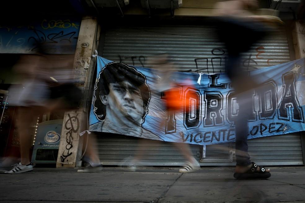 Faixa colocada em frente à clínica onde Maradona foi internado — Foto: EFE/Juan Ignacio Roncoroni