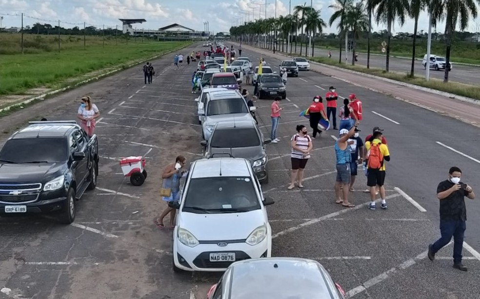 Manifestantes se reuniram no Estádio Arene Acreana para saírem em carreata até o Palácio Rio Branco, no Centro da capital acreana — Foto: Eldérico Silva/Rede Amazônica Acre