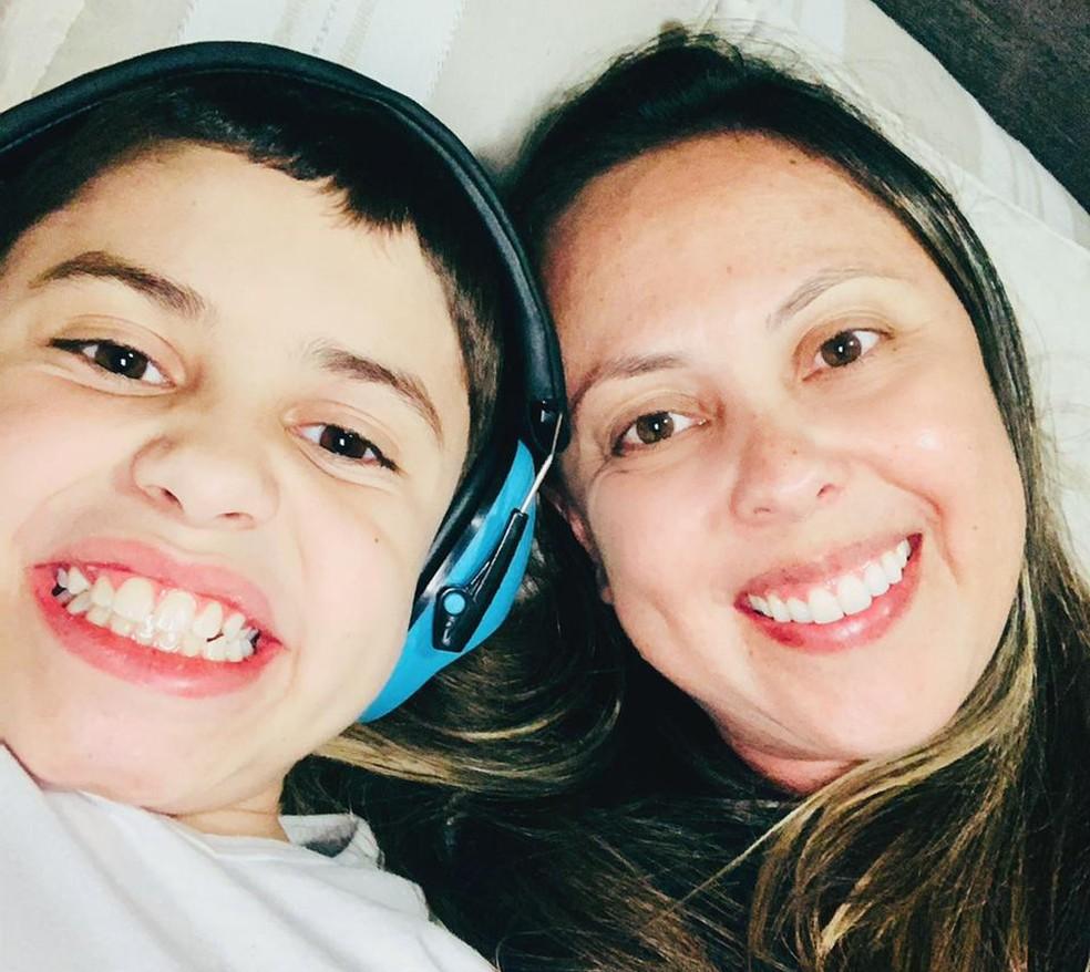 Lucas, que tem autismo moderado, e sua mãe, Tarita. O menino teve dificuldade em acompanhar o ensino remoto. — Foto: Arquivo pessoal