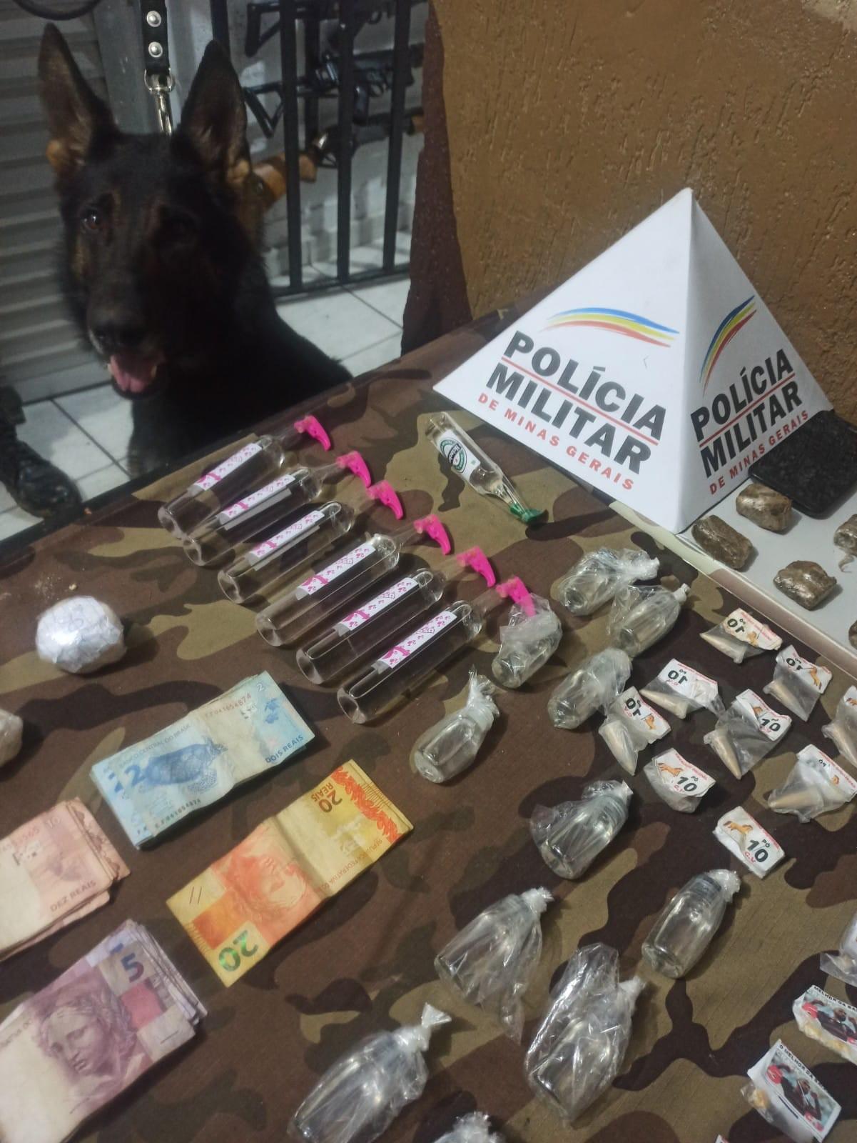 Com ajuda de cão farejador, PM apreende drogas e dinheiro no Bairro Poço Rico em Juiz de Fora