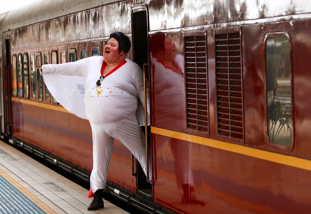11 de janeiro - O imitador de Elvis Presley Sean Wright é visto ao lado do trem Elvis Express na estação central de Sydney antes de partir para o 26º Festival anual de Elvis realizado na cidade de Parkes, na Austrália (Foto: Daniel Munoz/Reuters)