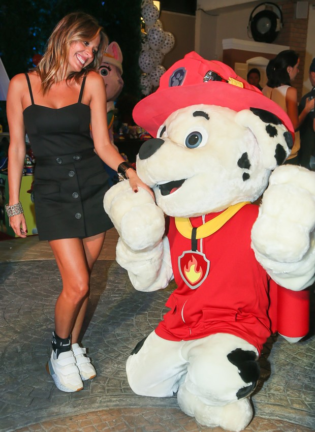 Luisa Mell se diverte na festa do filho que teve como tema 'Patrulha Canina' (Foto: Manuela Scarpa/Brazil News)