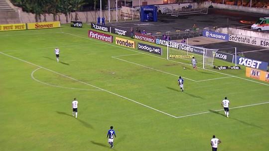 Zagueiro do Figueirense faz recuo bizarro, mas goleiro evita gol contra; vídeo