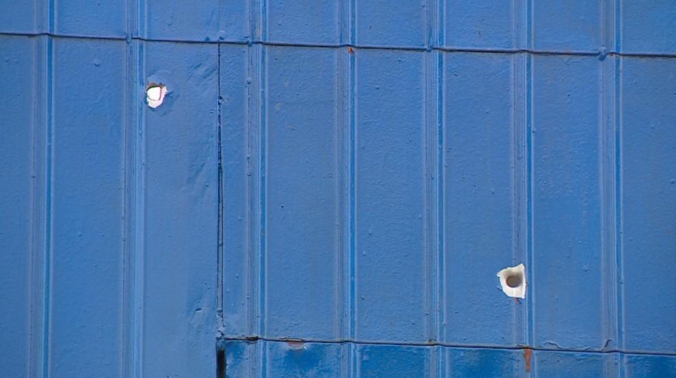 Marcas dos tiros ficaram no portão do Centro de Atendimento Socioeducativo de Novo Hamburgo (Foto: Reprodução/RBS TV)