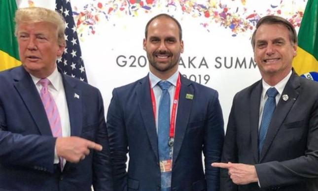 Eduardo Bolsonaro ao lado do pai, Jair Bolsonaro, e de Donald Trump, no encontro do G20, em 2019, em foto publicada no Instagram