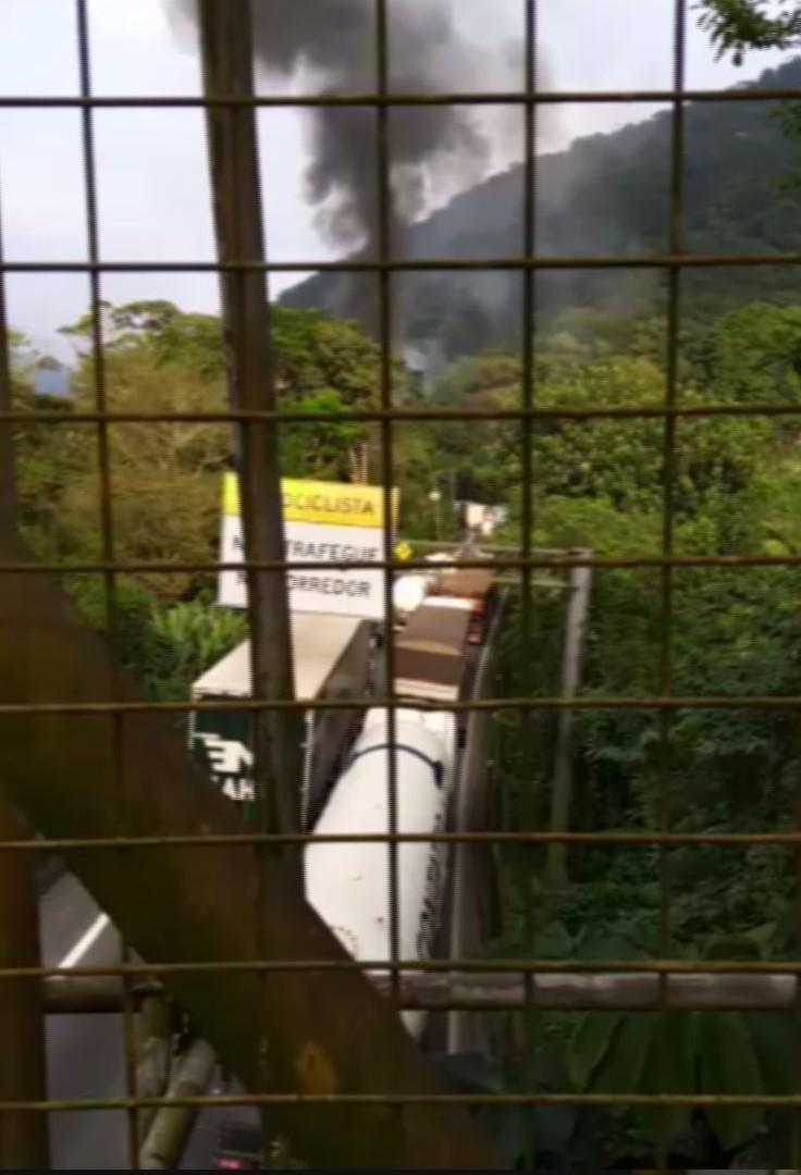 Incêndio em carreta na via Anchieta, em Cubatão, bloqueia pista sentido SP