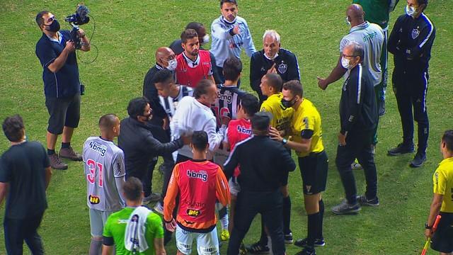 Jogadores, Cuca e Rodrigo Caetano reclamam de arbitragem após jogo contra o América