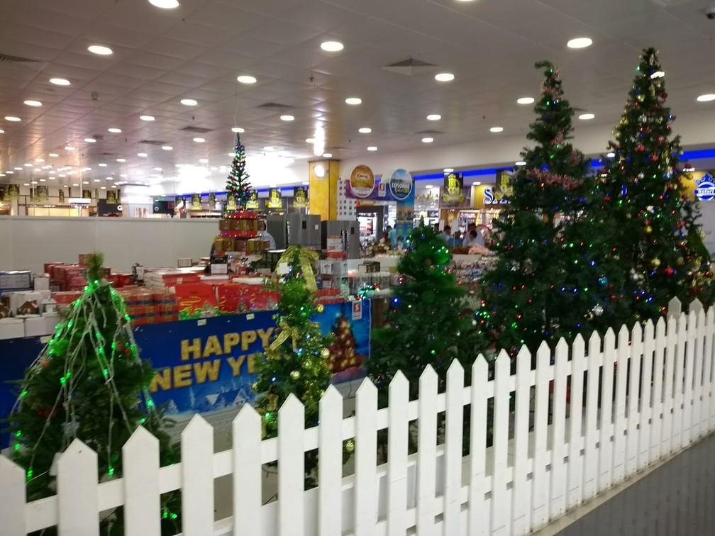 Árvores de Natal são vendidas em supermercado, mas quase não aparecem fora das casas ou dos hotéis do Catar — Foto: Damiana Cortez/Arquivo pessoal