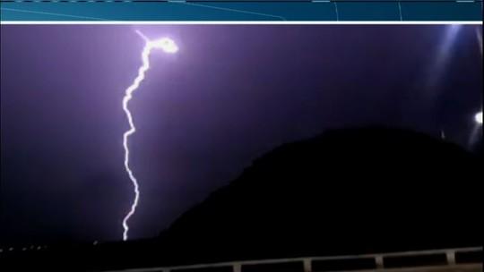 CE tem chuvas em 109 cidades; em Quixadá raio cai no centro da cidade
