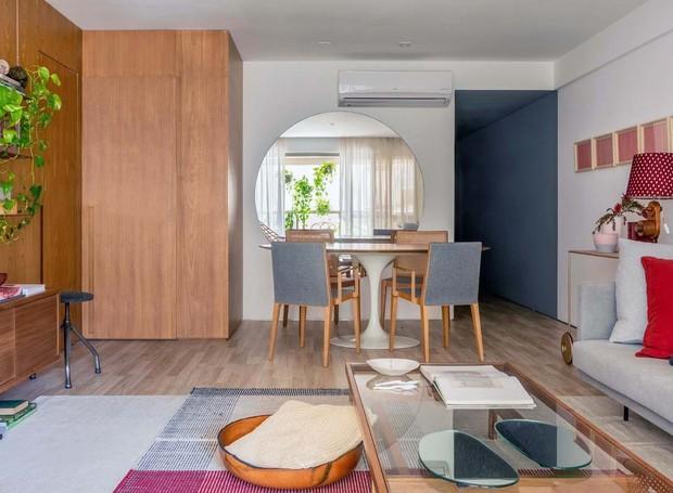 JANTAR   Mesa Tulipa, assinada por Eero Saarinen, da Novo Ambiente. Cadeiras Finn, assinadas por Jader Almeida, do Arquivo Contemporâneo. Tapetes da Square Foot. Mesa de centro Duas Cores, assinada pelo escritório Branco