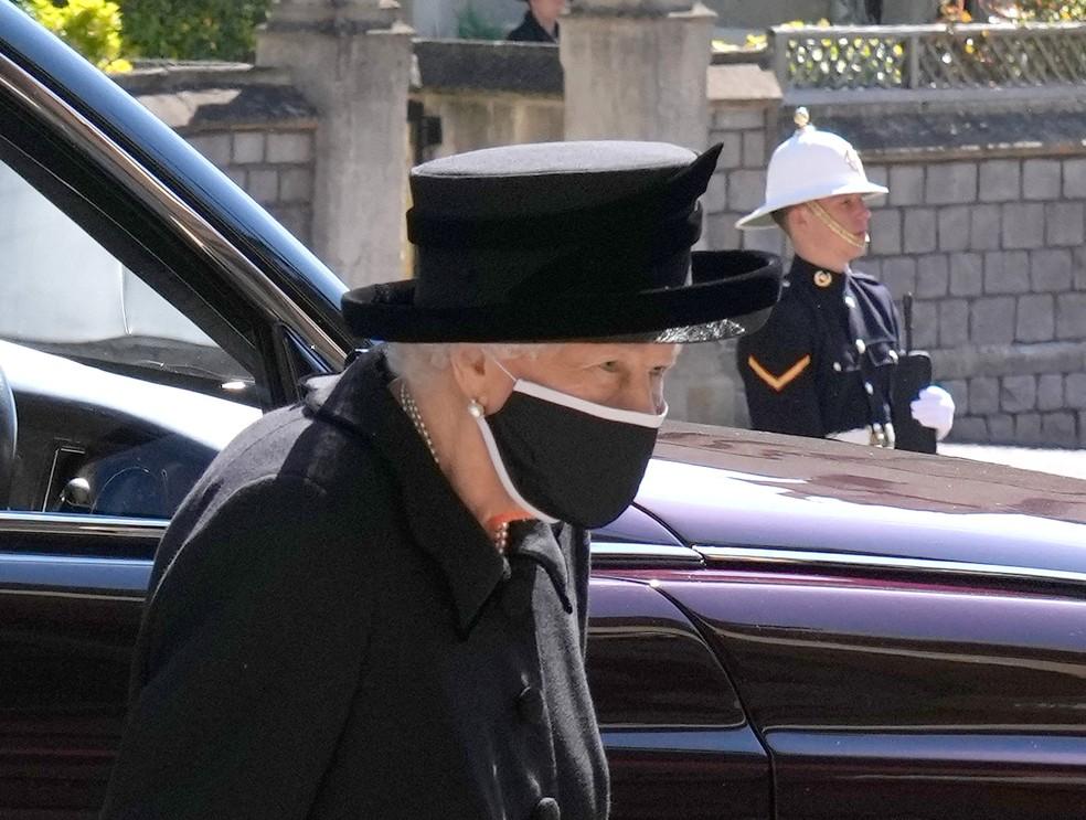 Rainha Elizabeth II chega a Capela de São Jorge para o funeral do esposo príncipe Philip em 17 de abril de 2021 — Foto: Jonathan Brady/Pool/Reuters