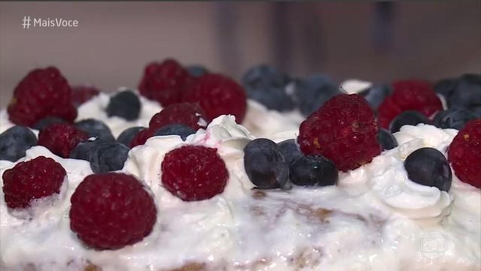 Chantilly e frutas podem transformar um bolo simples em um bolo de festa — Foto: TV Globo