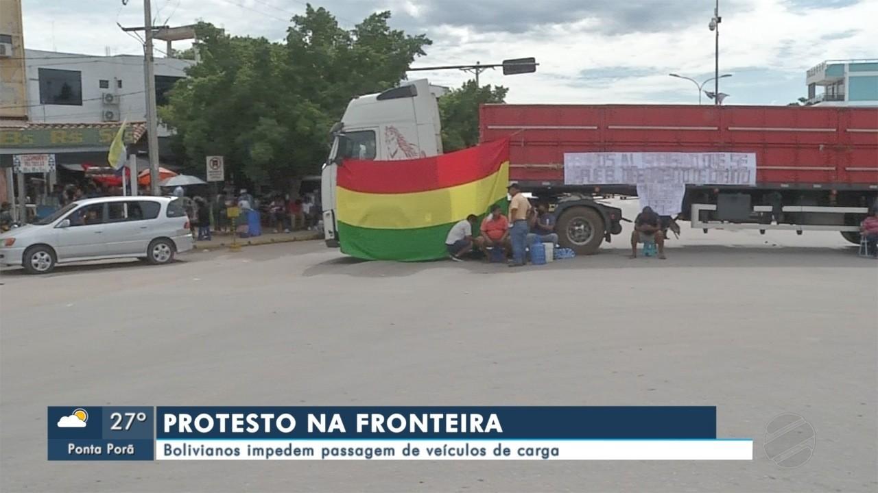 Bolivianos impedem passagem de veículos de carga na fronteira