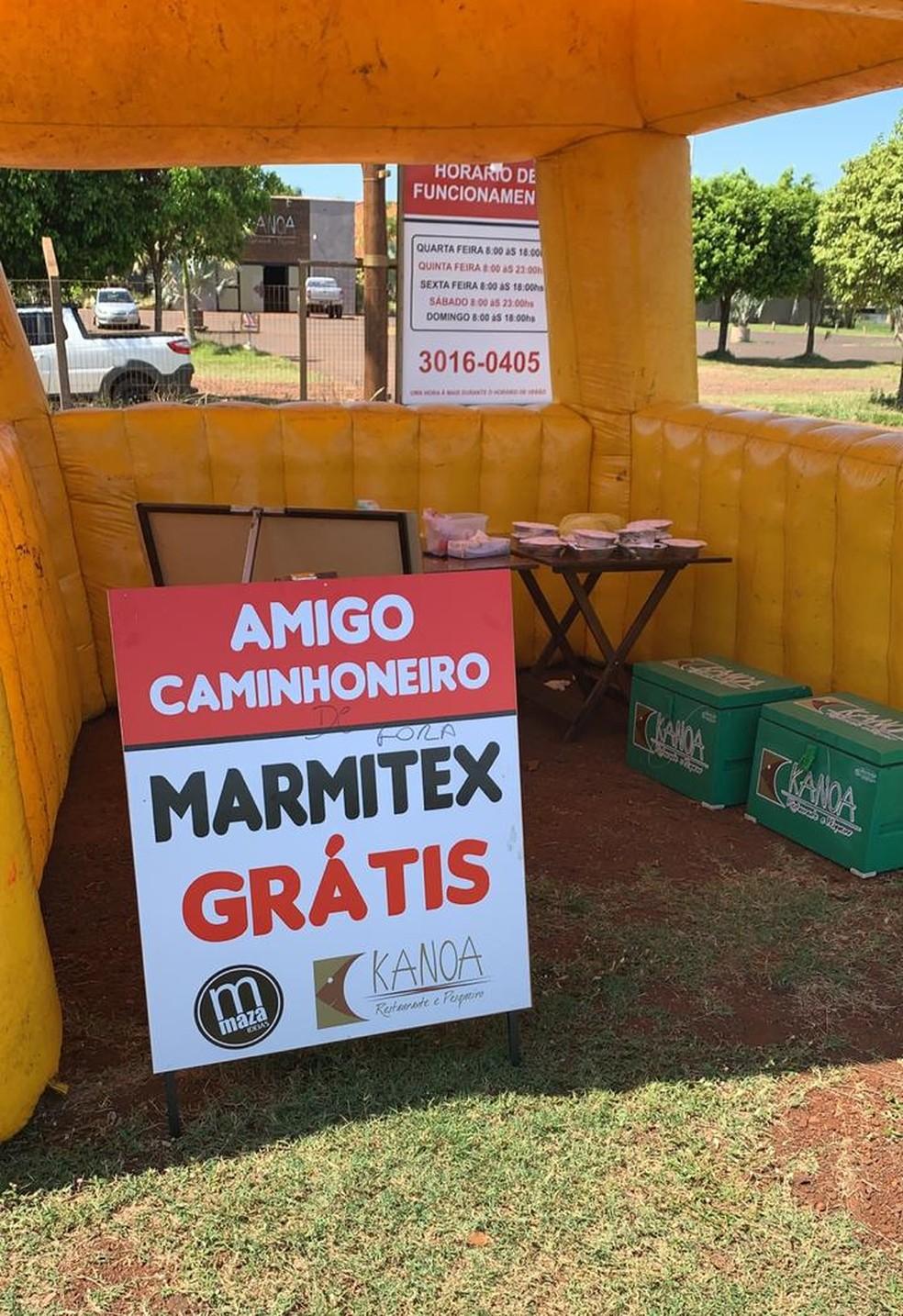 Placa do restaurante anunciando a doação às margens da BR-163, em MS  — Foto: Ricardo Arruda/Reprodução