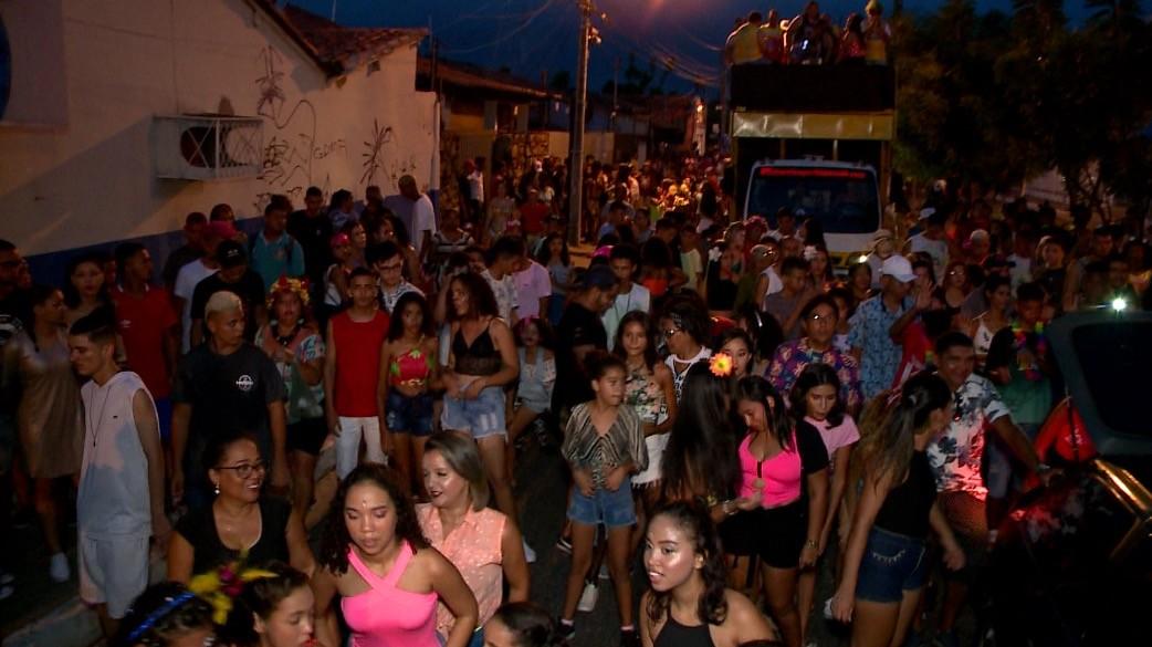 Blocos Namorada do Sol e Vaca Atolada fazem a festa de centenas de foliões na segunda de carnaval