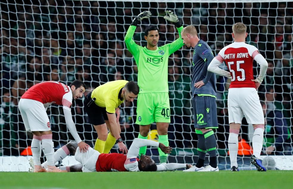 O atacante Danny Welbeck sofreu uma grave contusão no jogo do Arsenal contra o Sporting — Foto: Eddie Keogh/Reuters