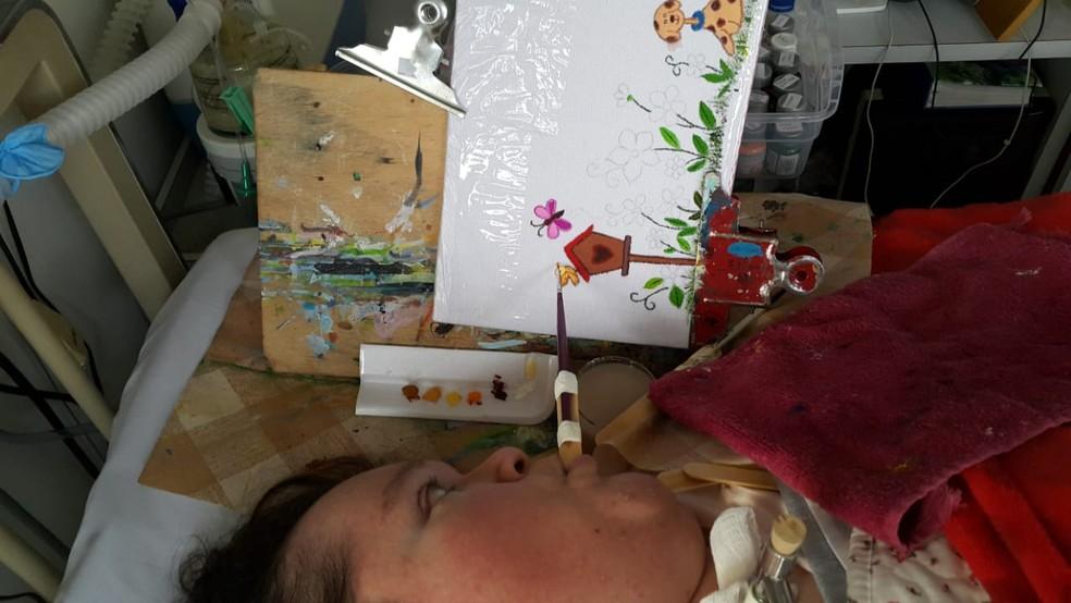 Eliana aprendeu a pintar no hospital, além de escrever um livro (Foto: Eliana Zaguie/Arquivo Pessoal)