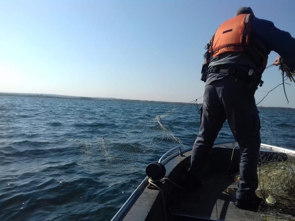 Redes de pesca irregulares foram apreendidas no Rio Paraná — Foto: Polícia Militar Ambiental