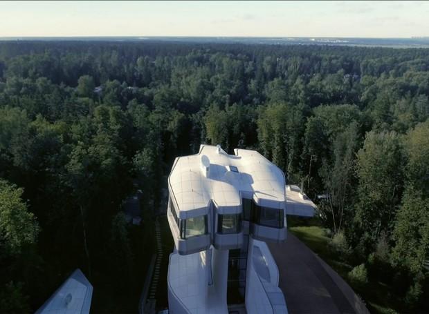 Da suíte principal pode-se ver toda a floresta em torno da mansão (Foto: OKO Group)