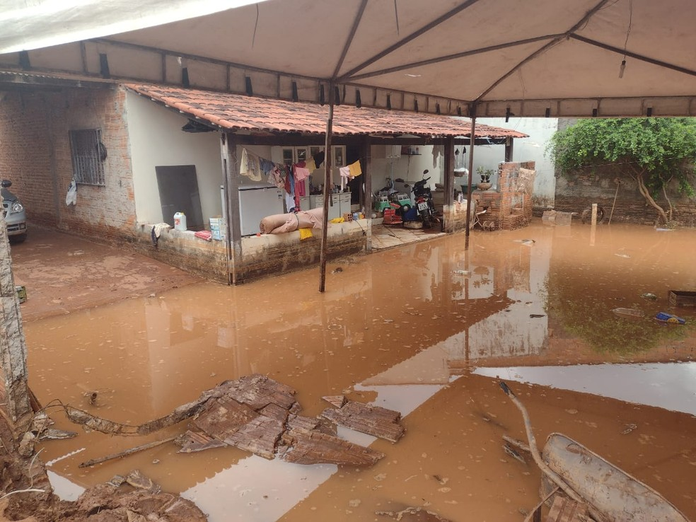 Enxurrada derrubou muro de casa em Araguaína — Foto: Divulgação