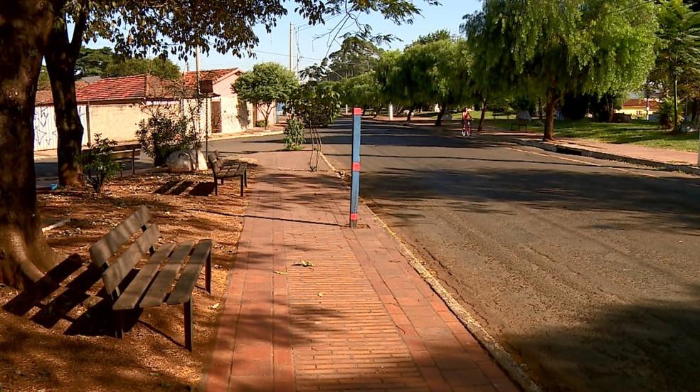 Ponto de ônibus sem cobertura em Leme (Foto: Ronaldo Oliveira/EPTV)
