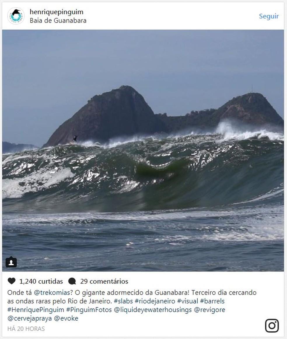 Henrique Pinguim registra Marcelo Trekinho em onda exótica na Baía de Guanabara (Foto: Reprodução/Instagram Henrique Pinguim)