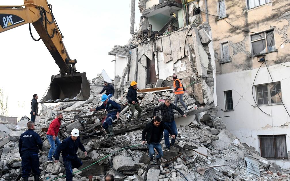 Equipes de emergência e resgate trabalham em escombros em prédio em Thumane, na Albânia — Foto: Gent Shkullaku / AFP Photo