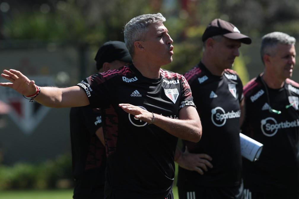 Crespo e sua comissão comandam treino no São Paulo — Foto: Rubens Chiri/saopaulofc.net