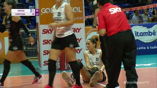 Jogadora cai de mau jeito e sofre lesão séria no joelho na partida Minas x Curitiba