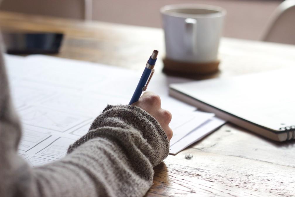 Estudante universitário estudo lápis caderno escola universidade — Foto: Green Chameleon/Unsplash