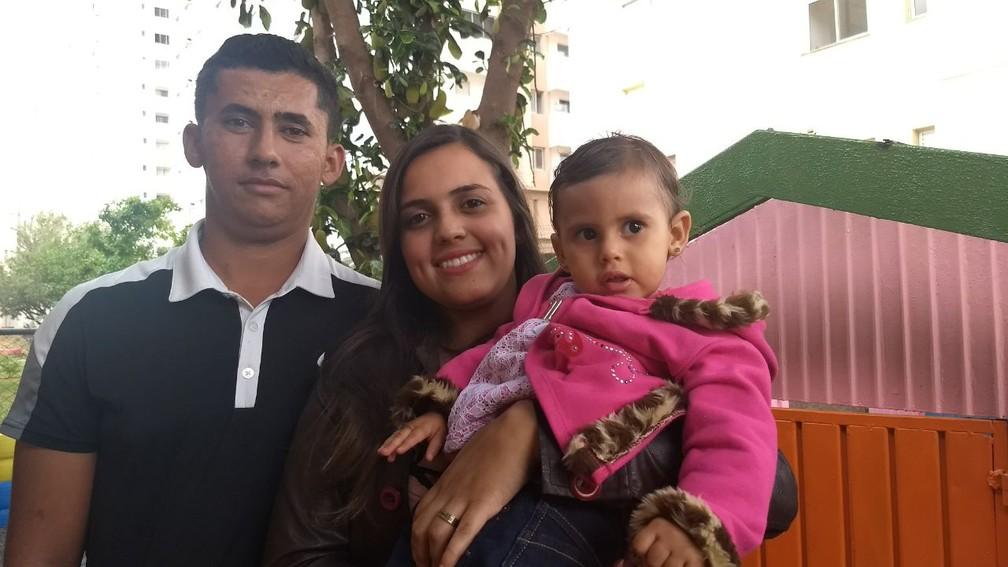 Isabela Oliveira, 1 ano e 8 meses, ao lado dos pais em Ceilândia (Foto: Marília Marques/G1)