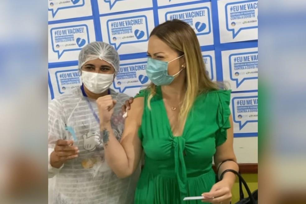 Solange Almeida comemora após receber vacina contra Covid-19. — Foto: Reprodução/Solange Almeida