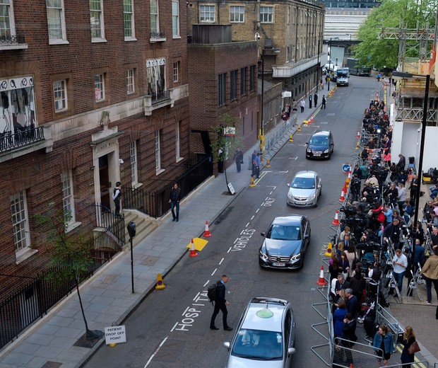 A imprensa aguarda do lado de fora do Hospital St. Mary (Foto: Reprodução/Twitter)