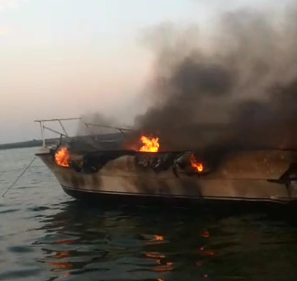 Vídeo mostra barco pegando fogo em Mineiros do Tietê — Foto: Arquivo pessoal