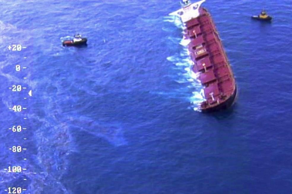Navio Stellar Banner segue encalhado no Oceano Atlântico, próximo ao Maranhão — Foto: Ibama