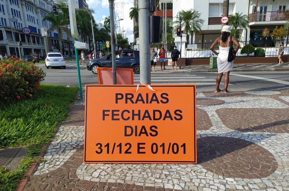 Placas avisam sobre fechamento das praias em Santos, SP — Foto: Juliana Steil/G1