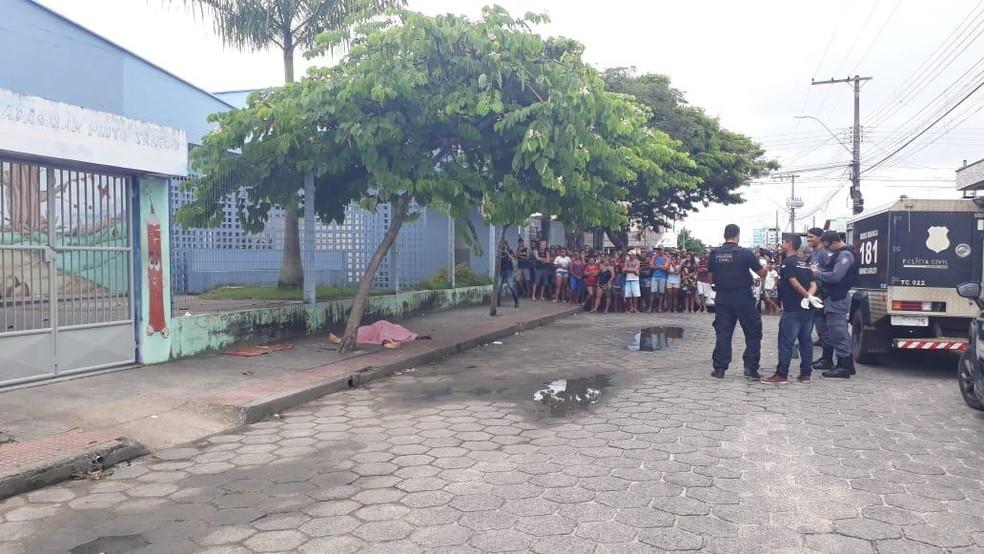 Adolescente foi encontrado morto em calçada, no ES — Foto: Erika Carvalho/ TV Gazeta