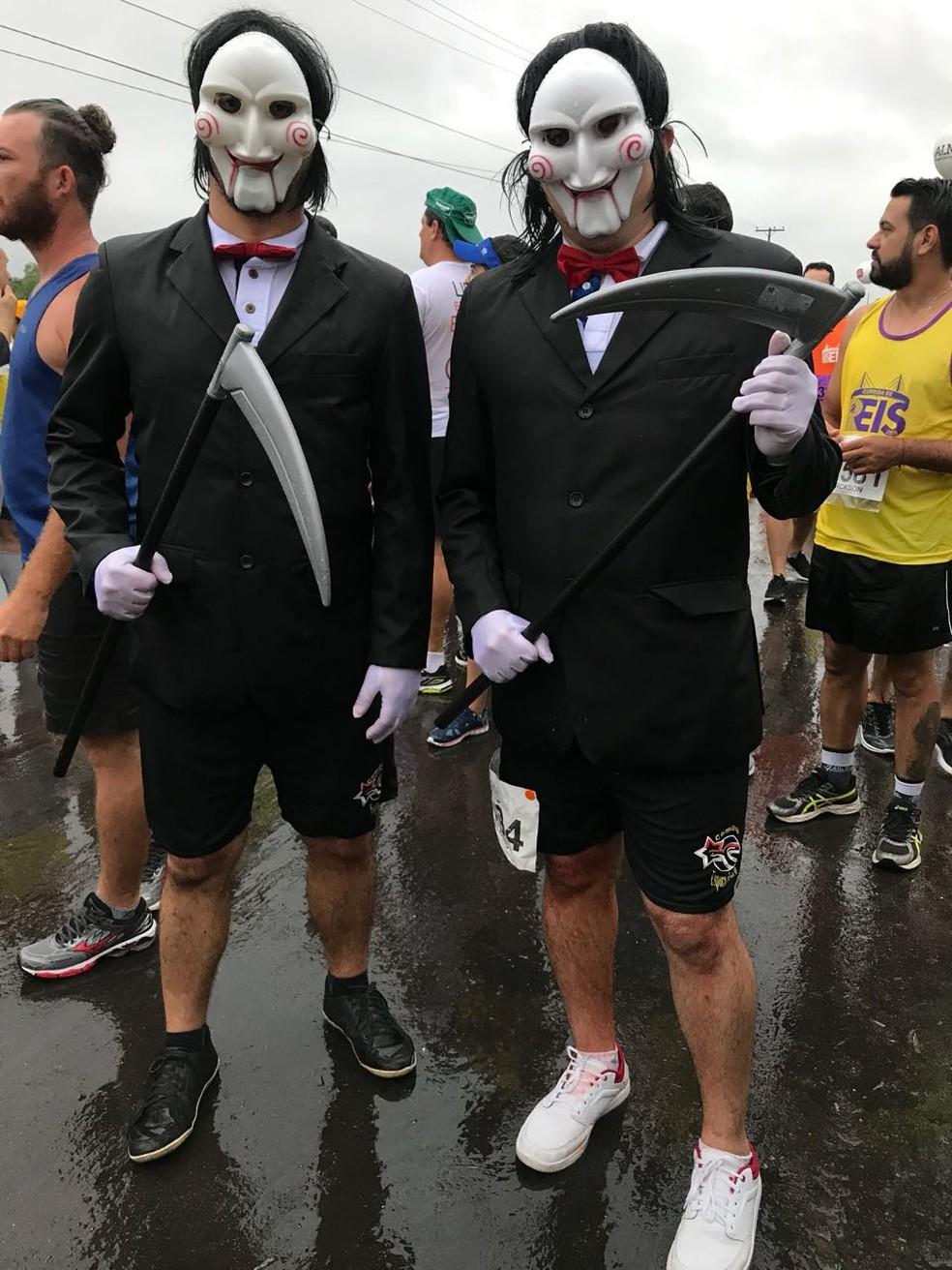 Irmãos correram fantasiados  (Foto: Flávio Coelho)