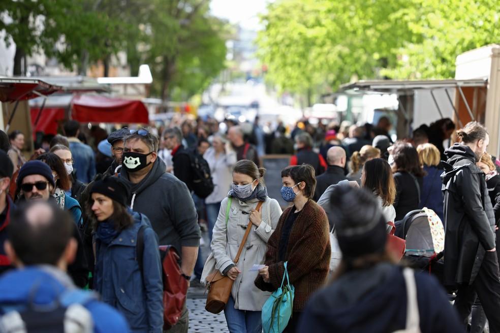 Alemães em feira livre em Boxhagener Platz, em Berlim, neste sábado (25) — Foto: Christian Mang/Reuters