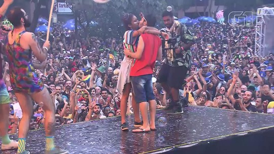 Folião pede namorada em casamento no palco do bloco Divinas Tetas, em Brasília