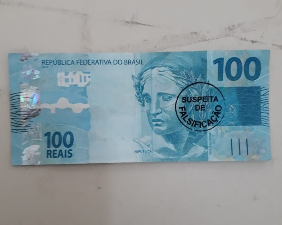 Mulher denuncia ter sacado nota falsa de R$ 100 em agência bancária de Eunápolis, na Bahia — Foto: Divulgação/Polícia Civil