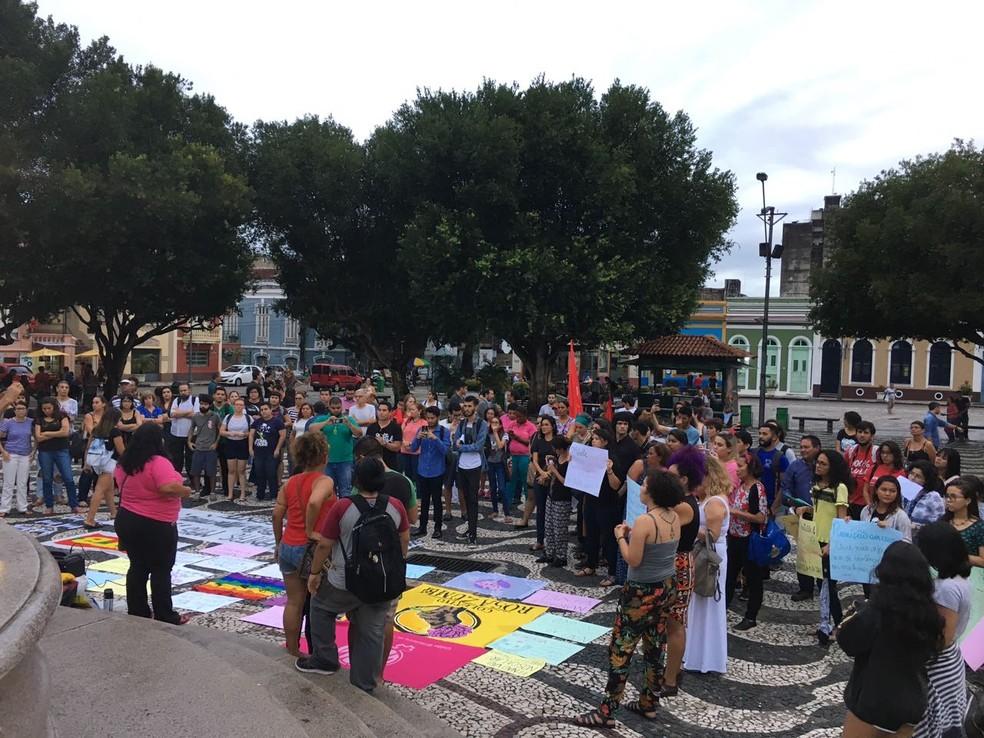 Manifestantes reunidos no Largo São Sebastião (Foto: Gabriel Mansur)