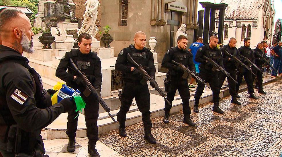 Investigador foi homenageado com salva de tiros (Foto: Reprodução/TV Bahia)