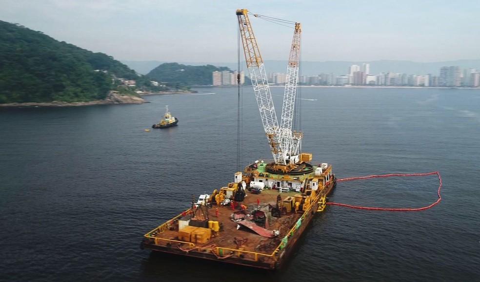 Novos equipamentos são usados para retirada de contêineres em Santos, SP (Foto: Reprodução/TV Tribuna)